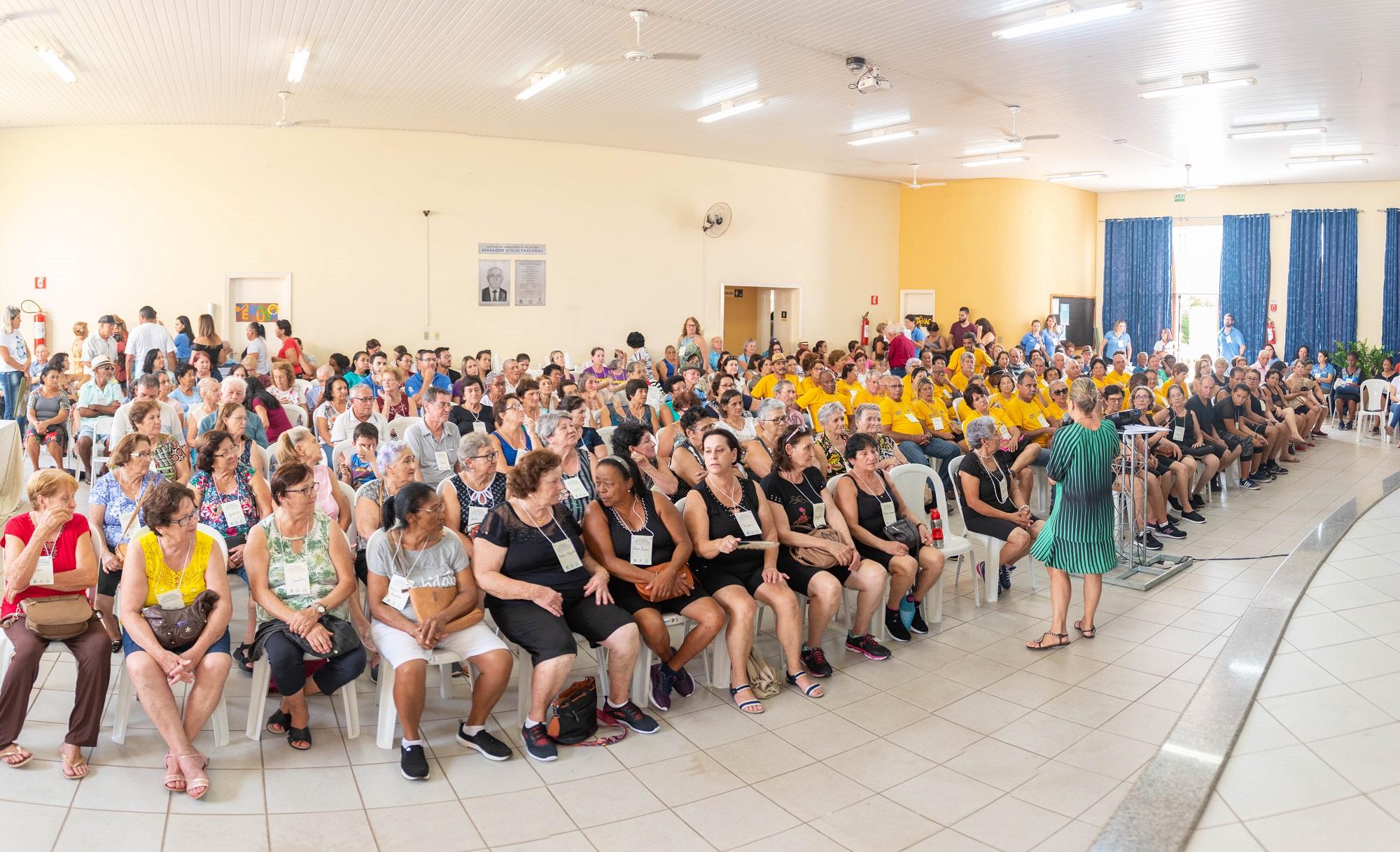 Regina Coelho em palestra na Primeira Conferência Intermunicipal dos Direitos da Pessoa Idosa. Foto: Luís Fernando da Silva / Prefeitura Municipal de Urupês