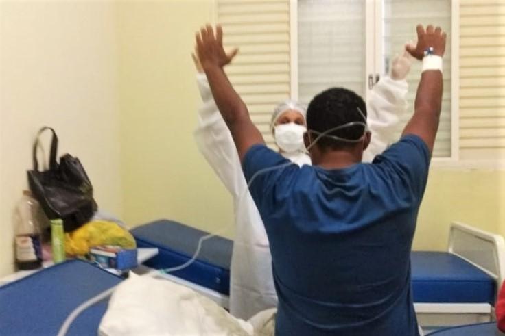 Paciente recebendo fisioterapia na Ala de Síndrome Respiratória em Urupês - Imagem Divulgação