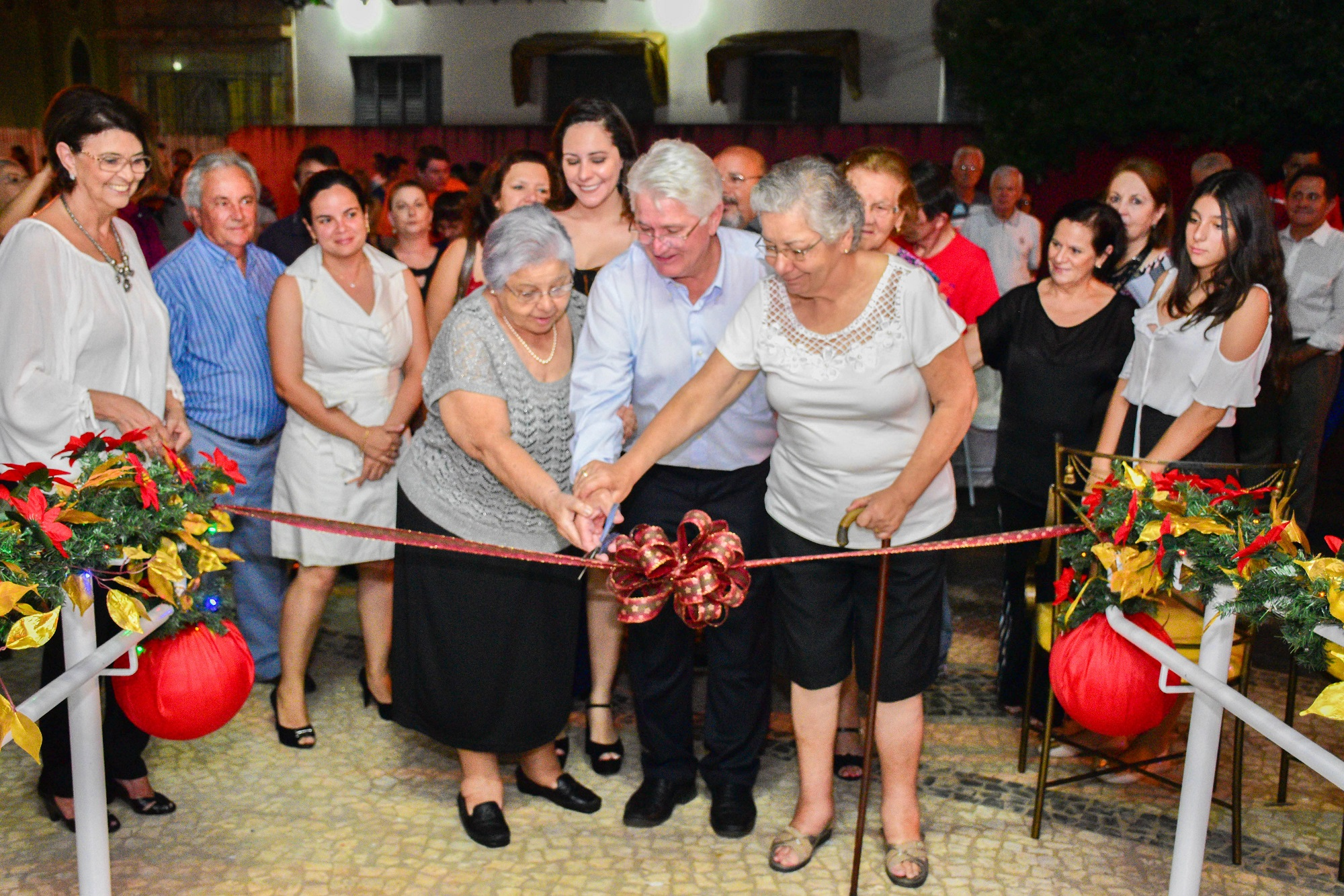 Prefeito Bica e irmãs de Sebastião Gonçalves, Nadir e Beatriz Gonçalves, cortam a fita de inauguração do Centro Cultural de Urupês.