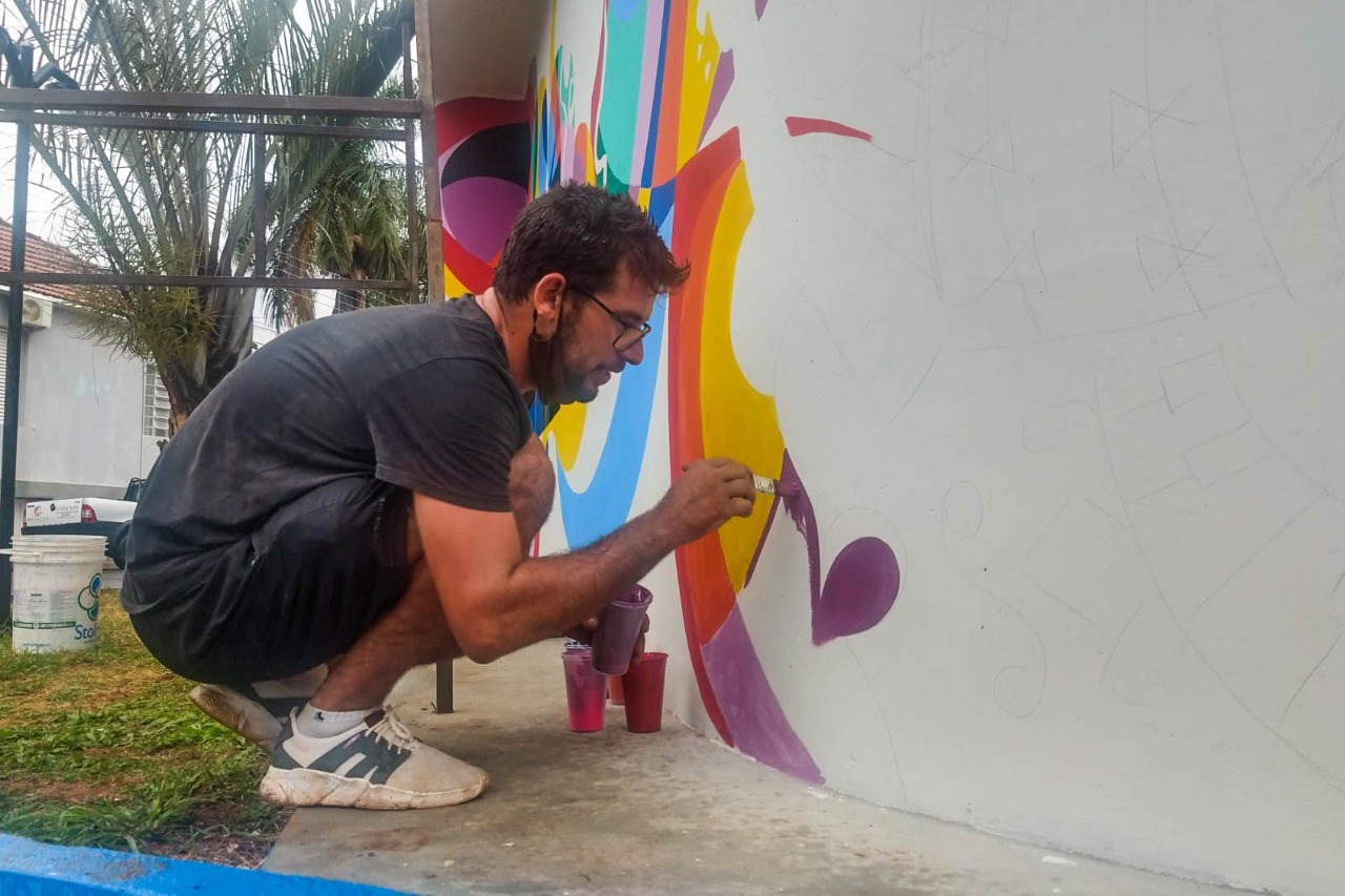 Fernando Fachini confeccionando mural no Centro Cultural de Urupês. Foto: Luís Fernando da Silva / Prefeitura Municipal de Urupês.